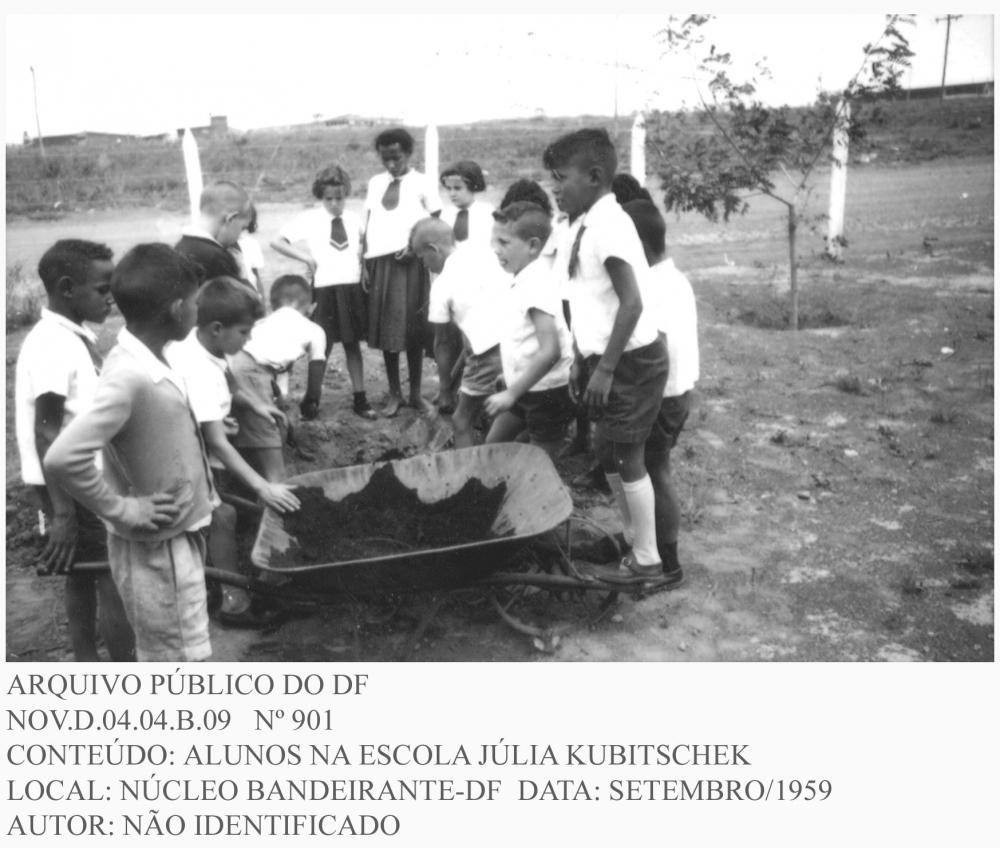 Em fins de 1959, a NOVACAP estava presente em acampamentos distribuídos por toda a cidade. As escolas de acampamento eram vinculadas à Prefeitura do Distrito Federal e contavam com suporte institucional para mais de 100 professoras primárias e orientava o ensino de 4.682 crianças, assim distribuídas: