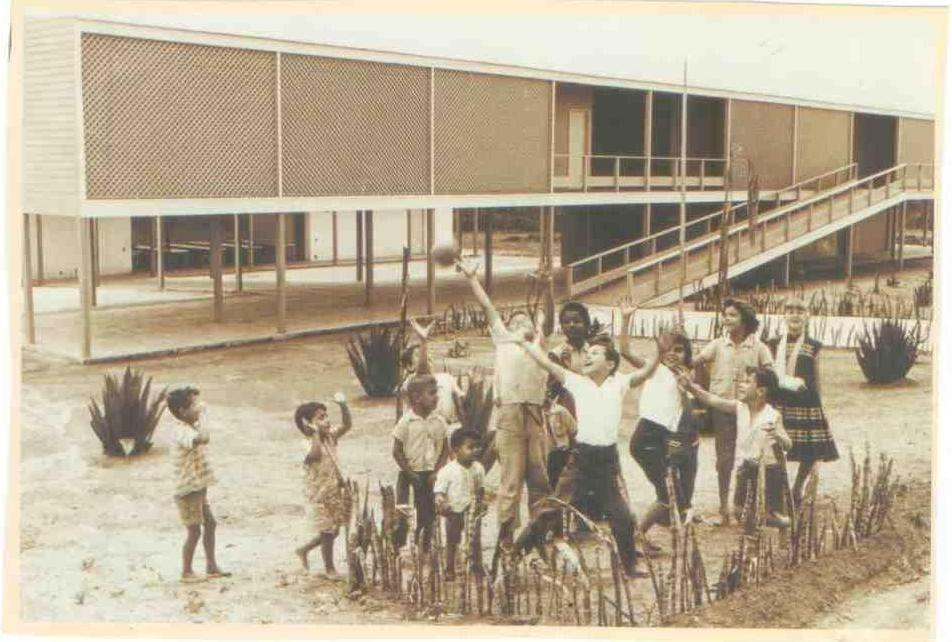 Desde a chegada dos primeiros trabalhadores e suas famílias, a partir de 1957, fez-se necessária a criação de escolas provisórias para acolher as crianças que vinham de todas as partes do país.