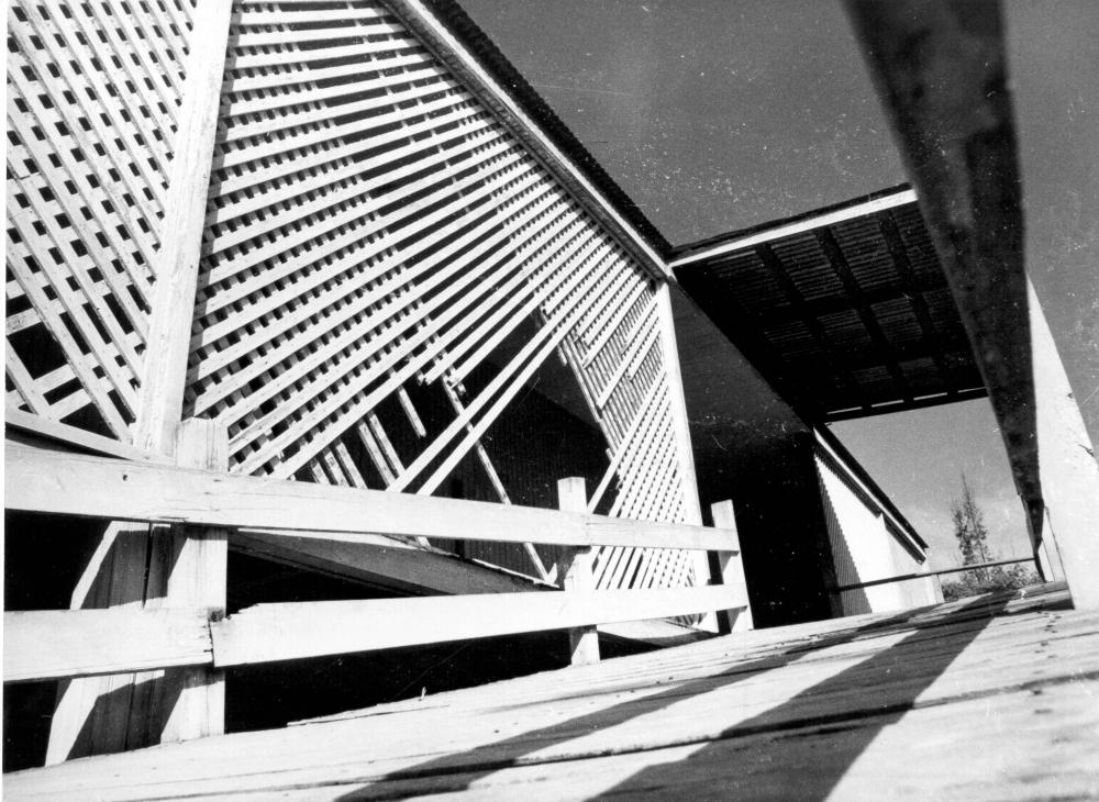 """Em funcionamento até 1966, sob a administração da Novacap, a escola integrou-se à rede oficial de ensino, mediante o Decreto """"N"""" nº 481, da Secretaria de Educação e Cultura, passando a denominar-se Escola Classe Júlia Kubitschek. Lentamente, o prédio escolar foi-se deteriorando, sem que medidas administrativas fossem tomadas para sua conservação, fato agravado por tratar-se de uma construção de madeira. A escola funcionou até 1969, quando o prédio foi interditado em virtude da ocupação por famílias sem moradia que invadiram e se instalaram suas dependências, lá permanecendo até 1980, quando houve pedido de retirada. Segundo relatos, o prédio foi destruído por um incêndio."""